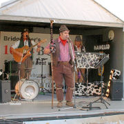 The Mangledwurzels playing to the crowds at the Bridgwater Carnival (3 Nov 2006)
